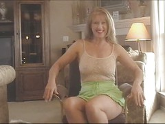 Mature Sammi gives us a jack-off lesson in her pantyhose (TheNylonChannel)