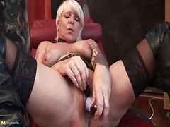 Kinky mature slut fisting herself<br>