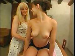Mere et fille dans la cuisine
